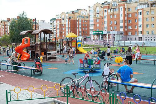 В общеобразовательной школе №4 имени Леонида Осипенко города Обнинска открылась детская площадка.